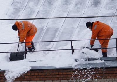 Чистка крыш в Москве зимой от снега